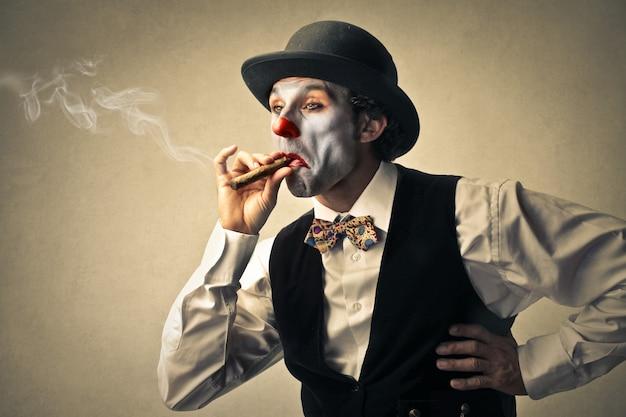 Clown, der eine zigarre raucht