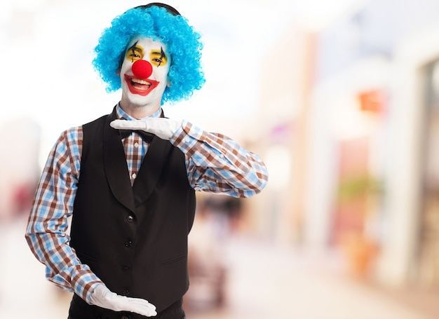 Clown eine maßnahme mit den händen anzeigt