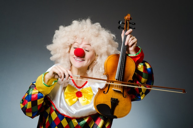 Clown im lustigen konzept auf dunklem hintergrund
