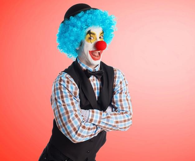 Clown lächelnd mit gekreuzten armen
