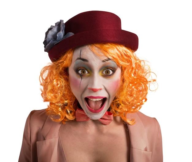 Clown macht lustige gesichter, um zum lachen zu bringen