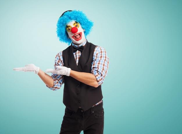 Clown mit den händen auf den hüften und dem lächeln