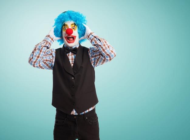 Clown mit den händen auf den kopf