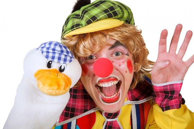 Clown mit der ente und make-up lokalisiert auf weißem hintergrund
