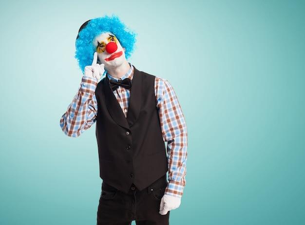 Clown mit einem finger in das auge