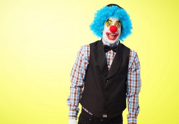 Clown mit hängenden armen lächelnd