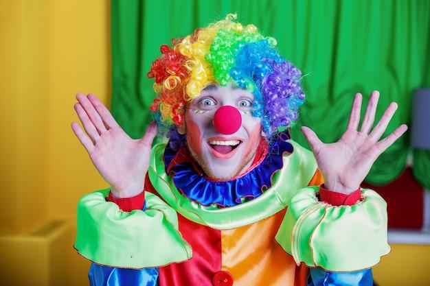 Clown mit seltsamem gesichtsausdruck.