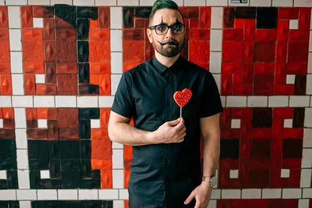 Clown posiert mit süß im studio