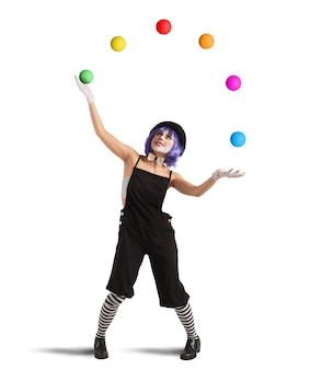 Clown spielt mit bällen wie ein jongleur