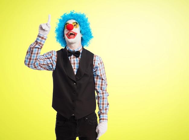 Clown zeigt auf den himmel