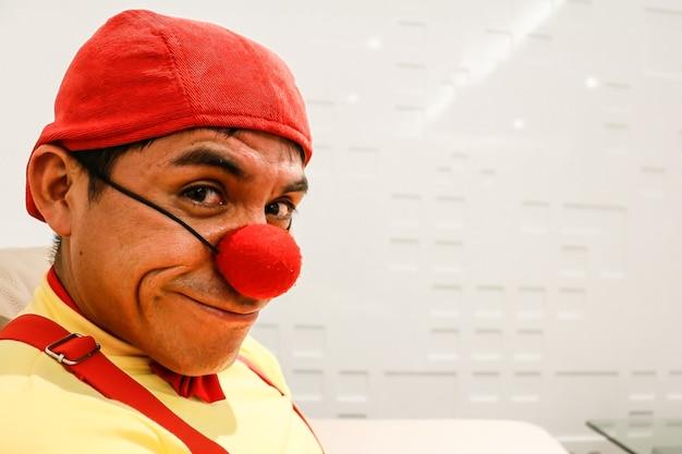 Clownlook im roten mützenvordergrund