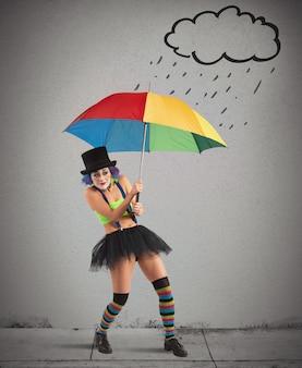 Clowns mit regenbogenschirm