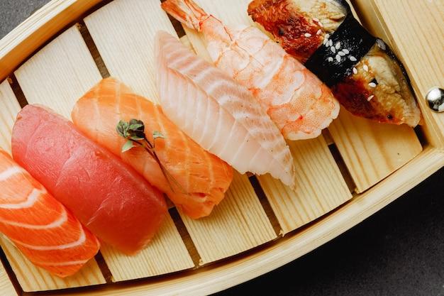 Clsoe von nigiri-sushi auf teller