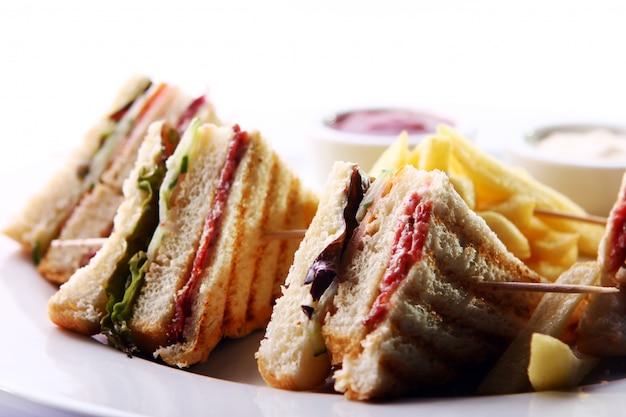 Club sandwich mit fleisch und grün