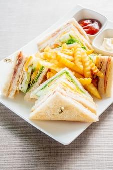 Club sandwich mit gemüse und sauce