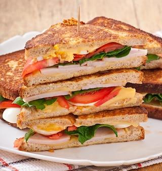 Club sandwich mit hähnchen und schinken