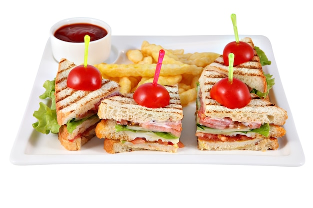 Club sandwich mit hähnchenfilet, pommes frites, tomatensauce.