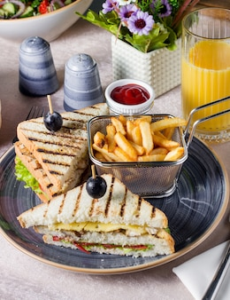 Club sandwich mit hühnchen serviert mit pommes frites