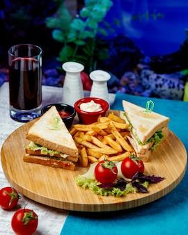 Club sandwich mit pommes und tomaten