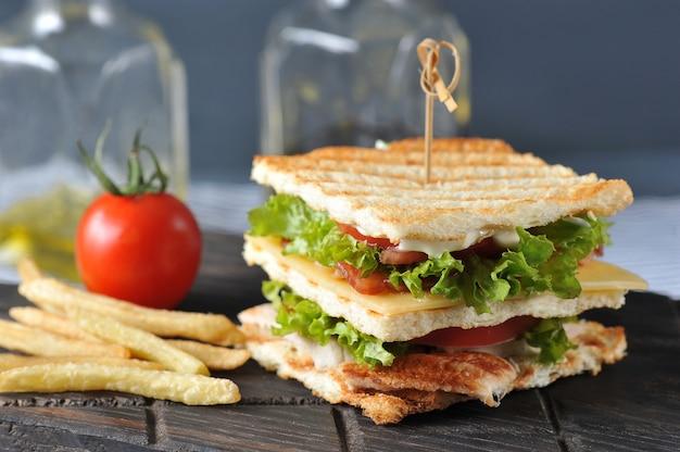 Club sandwich mit spieß durchbohrt