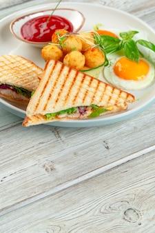 Club sandwich panini mit schinken, tomate, käse und basilikum mit käsebällchen