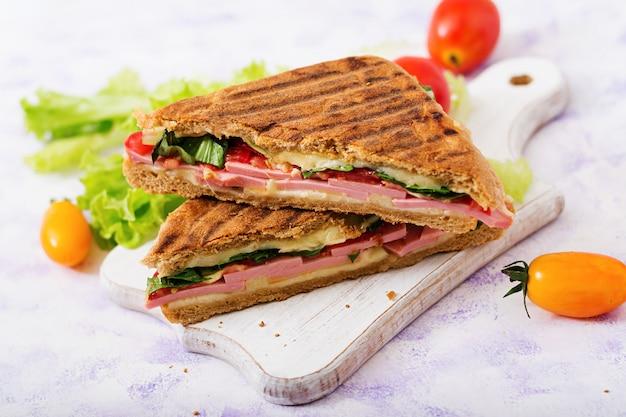 Club sandwich panini mit schinken, tomate, käse und salat
