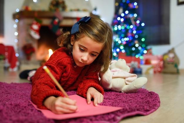 Cmall mädchen schreibt den brief an den weihnachtsmann