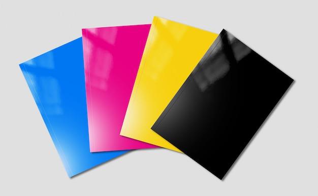 Cmyk-broschüren setzen ein modell auf eine graue oberfläche