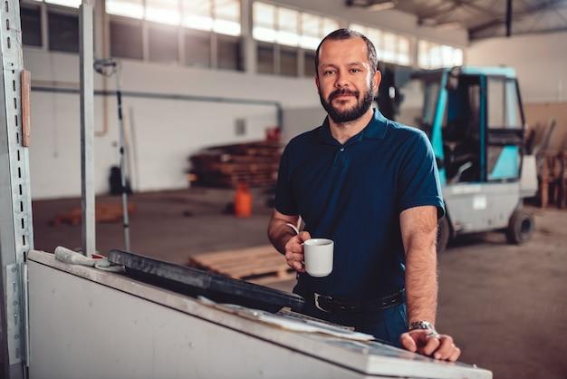 Cnc-maschinenbediener, der kaffeebremse hat