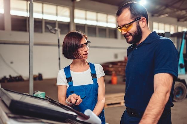 Cnc-maschinenbediener und wirtschaftsingenieur, die produktzeichnung überprüfen