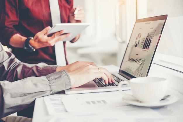 Co-working business team meeting planungsstrategie analyse investieren und sparen