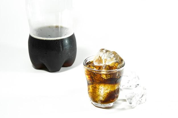 Coca cola ist ein kohlensäurehaltiges erfrischungsgetränk, das im handel erhältlich ist. kaltes getränk-konzept