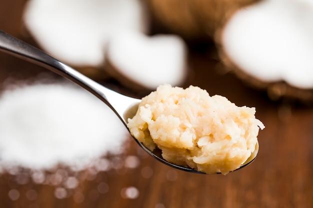 Cocada (kokosnuss süß) eine typisch brasilianische süßigkeit auf einem löffel.