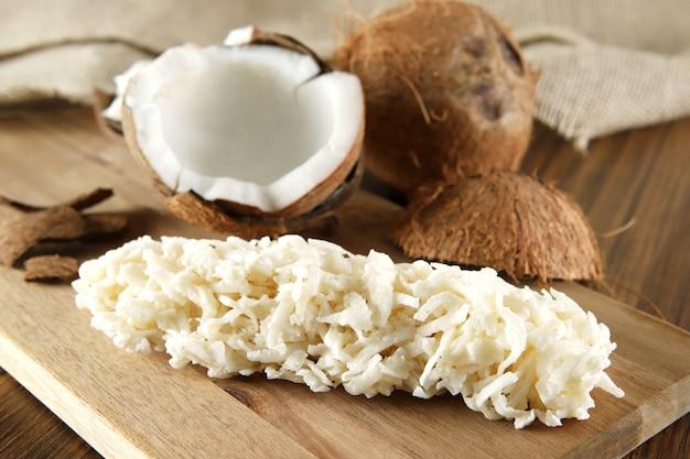 Cocada, kokosnussbonbons. komposition auf holztisch.
