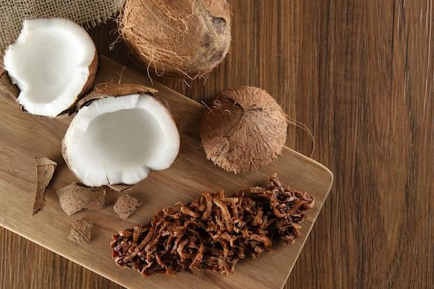 Cocada, kokosnussbonbons. zusammensetzung auf hölzernem hintergrund.