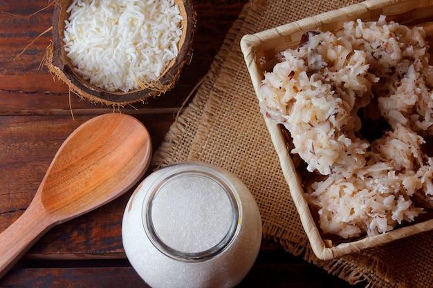 Cocada (kokosnusssüß) ist eine süßigkeit auf kokosnussbasis, die in mehreren regionen der welt traditionell ist, in brasilien weit verbreitet und traditionell konsumiert wird
