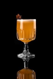 Cocktai schwarzer hintergrundmenüplan-restaurantbarwodkawisky-stärkungsmittel orange brauner anis a