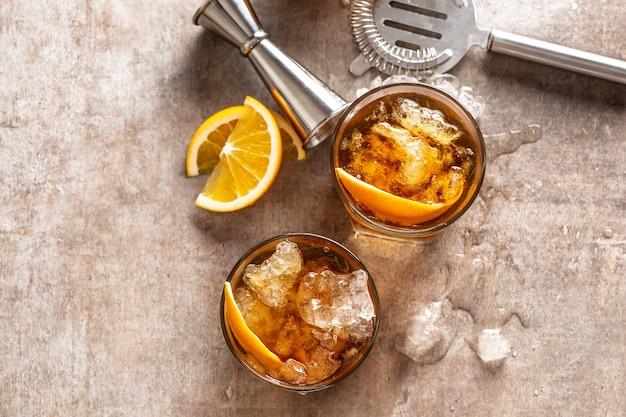 Cocktail altmodisches negroni mit orange auf der theke - ansicht von oben.