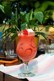 Cocktail auf basis von pfirsich, sahne mit honig und marshmallows