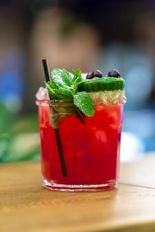 Cocktail auf dem tisch. bar, restaurant
