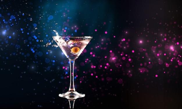 Cocktail auf dunklem hintergrund isoliert