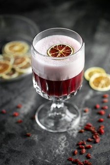 Cocktail auf einem dunklen grau