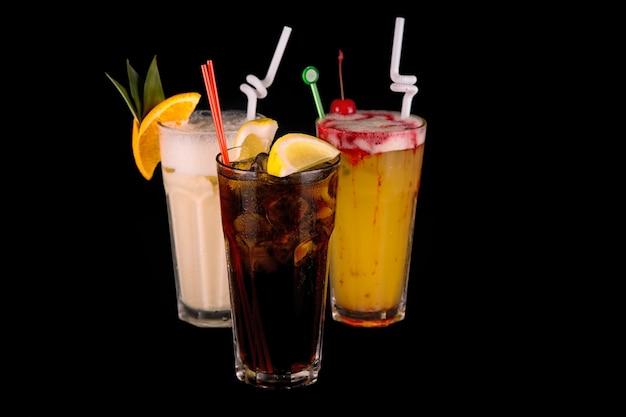 Cocktail auf einem schwarzen hintergrund mit dekorationen