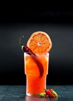 Cocktail auf schwarz