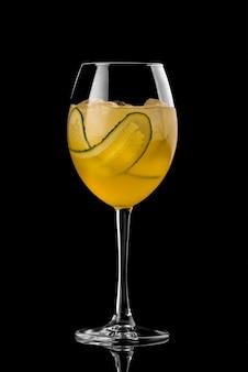 Cocktail auf schwarzem hintergrundmenüplan-restaurantbarwodkawisky-stärkungsmittel orange cucumbe