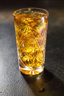 Cocktail aus alkoholischen getränken eiswürfel zitrone und minze portion auf dem tisch