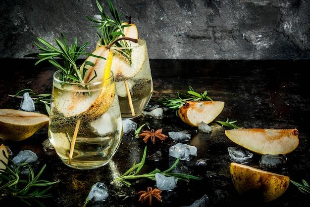 Cocktail aus süßen birnen und rosmarinalkoholgetränk, cocktail aus süßen birnen mit rum, likör, anis und rosmarin