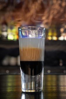 Cocktail b52 auf einer bartheke