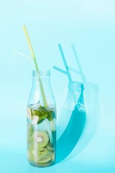 Cocktail der kiwi in der flasche