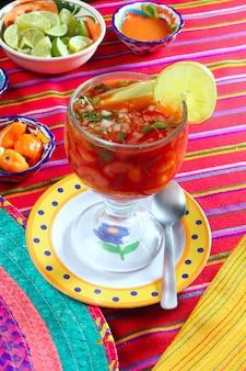 Cocktail der mexikanischen paprikasoßenzitrone der garnelen